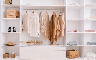 Έξυπνες συμβουλές για να σουλουπώσετε το χάος στην ντουλάπα σας